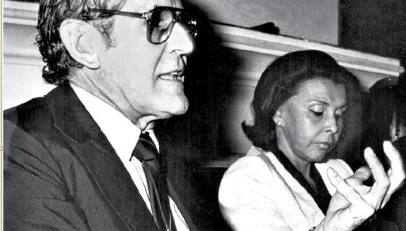 Imagen de Francisco Miró Quesada Cantuarias en 1982, coincidiendo en una conferencia con la poeta Blanca Varela