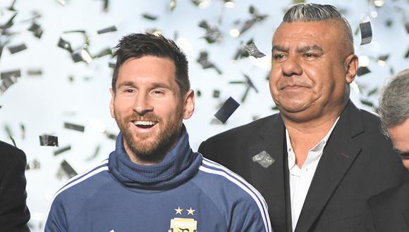 """Claudio """"Chiqui"""" Tapia habría deslizado la intención de AFA de desafiliarse de Conmebol ante una posible sanción a Lionel Messi. (Foto: AFP)"""