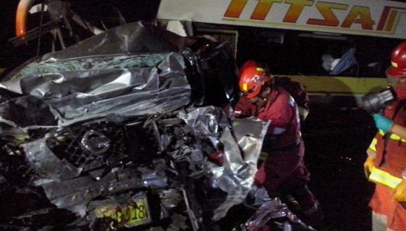 Barranca: choferes fallecieron en choque entre bus y camioneta