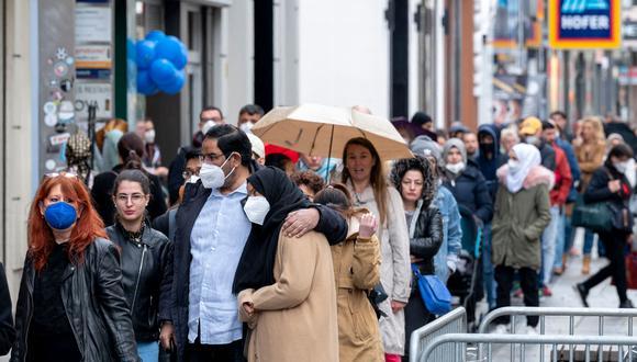 Gente haciendo cola en una zona comercial de Vienna, Austria. (Foto: AFP)