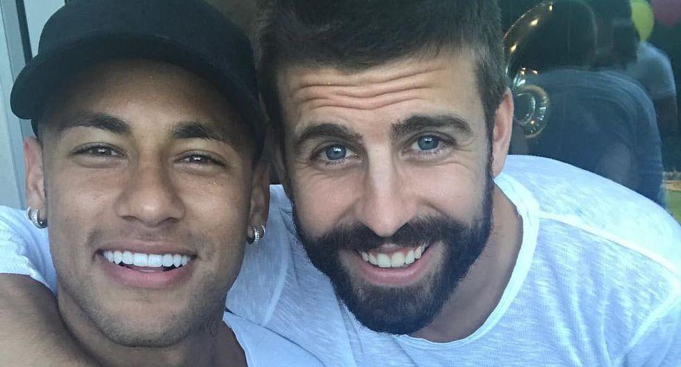 Neymar realizó un viaje rápido a Barcelona para atender una serie de asuntos personales. En dicho lugar se reunió con su ex compañeros de equipo. Dentro de ellos resaltó Gerard Piqué. (Foto: Twitter)