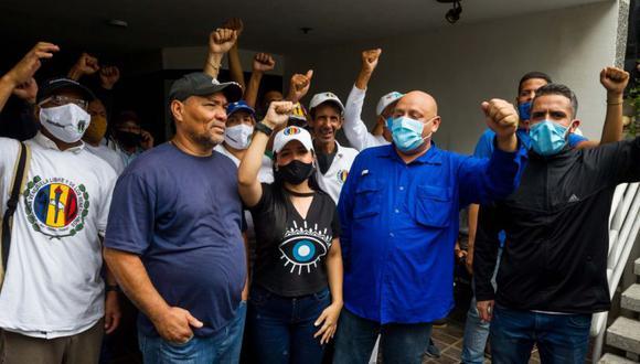 Militantes y políticos que simpatizan con el dirigente Bernabé Gutiérrez, del partido opositor venezolano Acción Democrática (AD), permanecen dentro de las instalaciones del partido en Caracas (Venezuela). (Foto: EFE/ Miguel Gutiérrez).