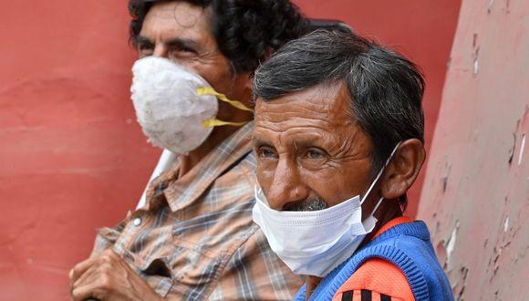 Peruanos en medio de la pandemia se cubren con tapabocas para evitar el contagio del coronavirus (Foto: Cris Bouroncle / AFP)