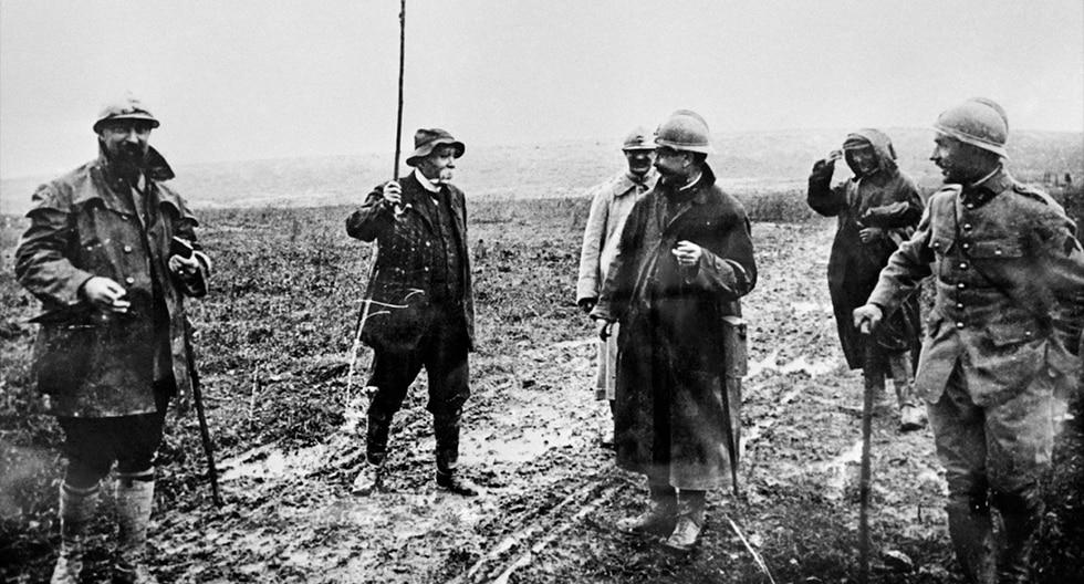 """Foto tomada durante la Primera Guerra Mundial del presidente de Francia, Georges Clemenceau, apodado """"el Tigre"""", bromeando con los soldados durante una visita al frente. (AFP)<br>"""