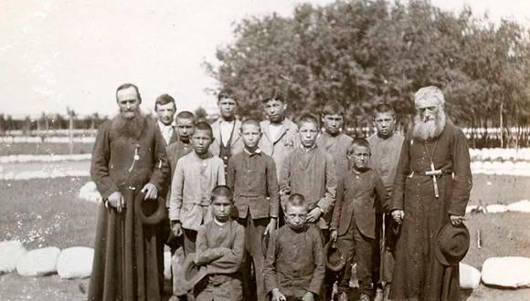 En esta foto de 1900, niños indígenas junto a misioneros católicos canadienses. Desde finales del siglo XIX, Canadá ordenó una política de asimilación para occidentalizar a los menores de los pueblos originarios. Los historiadores ahora consideran que se cometió un genocidio. (Foto: EFE)