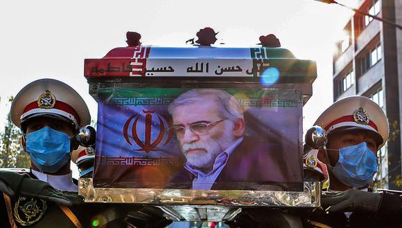 Miembros de las fuerzas de Irán cargan el ataúd con los restos del asesinado principal científico nuclear del país, Mohsen Fakhrizadeh. (AFP).