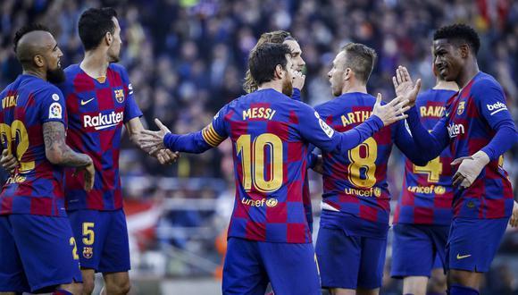 Lionel Messi felicitando a parte del equipo azulgrana. (Foto: FC Barcelona)