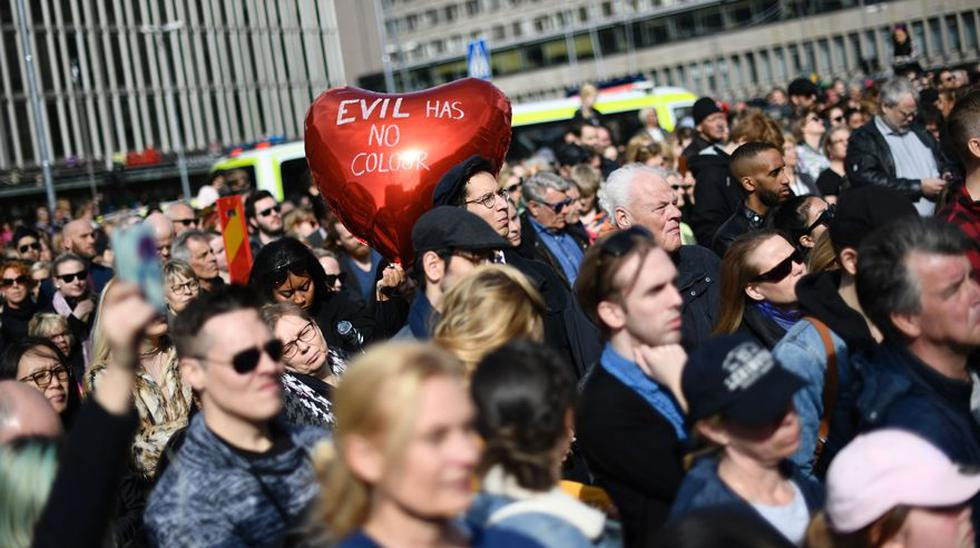 Miles de suecos responden a atentando con marcha por el amor - 17