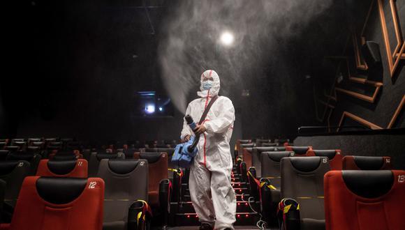 Desinfección de una sala de cine en China. (Foto: STR / AFP)