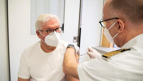 El presidente de Alemania, Frank-Walter Steinmeier, recibe la vacuna AstraZeneca contra el coronavirus COVID-19 en el hospital Bundeswehr en Berlín. (Foto: EFE).