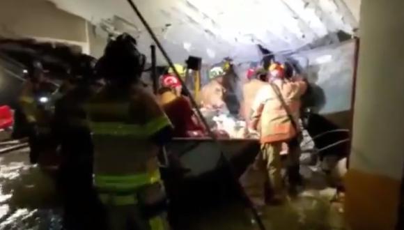 Siete bomberos bajo una agrietada estructura en un garaje del edificio Champlain Towers, en Surfside de Miami-Dade. (Foto: captura de pantalla   Twitter   Miami-Dade Fire Rescue)