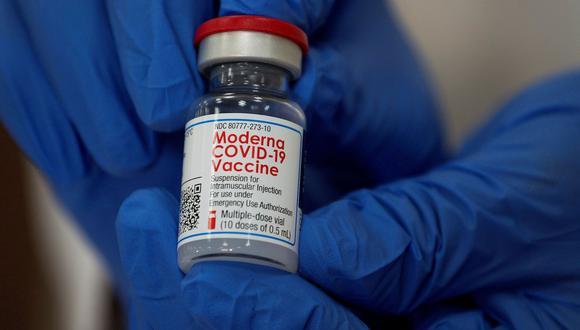 Un empleado muestra la vacuna contra el coronavirus de Moderna (COVID-19) en el hospital Long Island Jewish Valley Stream de Northwell Health en Nueva York, Estados Unidos, el 21 de diciembre de 2020. (REUTERS/Eduardo Muñoz).