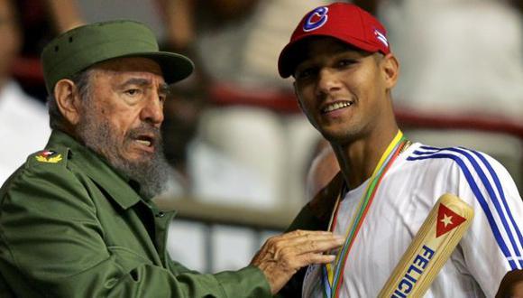 el ex dictador de Cuba Fidel Castro junto a las estrella del béisbol Yulieski Gourriel en una imagen del 21 de marzo del 2006 en La Habana. (Reuters).