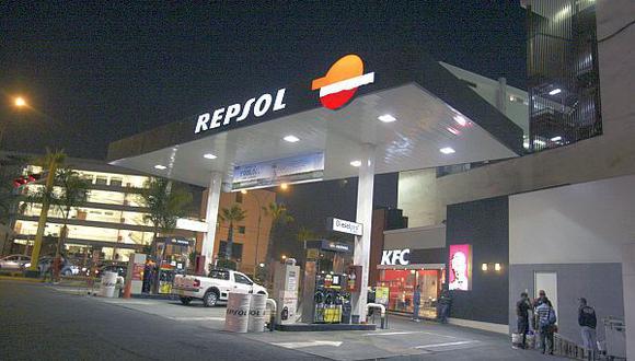 14. Repsol subió dos posiciones en la lista de América Economía respecto al 2014, aunque sus ventas disminuyeron el -8.9% el 2015. Ese año, su total de ventas fue de US$ 1.750 millones y no registró su utilidad neta. (F