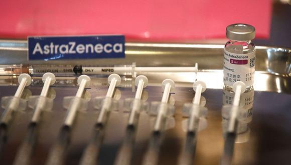 Imagen referencial. Se exhiben jeringas y un vial de la vacuna contra el coronavirus desarrollada por la farmacéutica  AstraZeneca. (EFE/EPA/RUNGROJ YONGRIT).