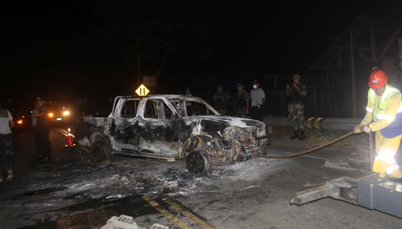 Unos 500 moradores de La Pampa y mineros ilegales incendiaron camioneta de la fiscalía de Mazuko y un cuatrimóvil del Ejército. (Foto: Manuel Calloquispe)