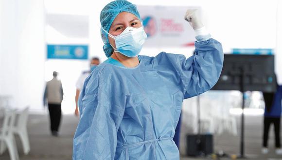 Jasmín del Carpio es enfermera especialista en UCI neonatal y actualmente es una de las profesionales que vacunan a adultos mayores en Playa Miller de Essalud. (Hugo Pérez/ @photo.gec)