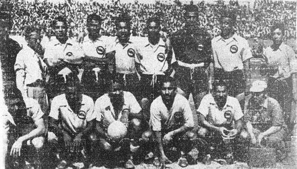 La escuadra de Sport Boys posa en pleno esa tarde gloriosa del 18 de noviembre de 1951, ante los hinchas en el antiguo Estadio Nacional de Lima. Tras vencer ajustadamente a Municipal, los chalacos se coronaron como el primer campeón del fútbol profesional en el Perú. (Foto: GEC Archivo Histórico)