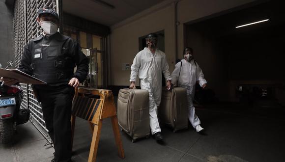 Mark Vitto Villanella acudió a la fiscalía junto a su abogada Giulliana Loza. Ambos llevaron documentación en maletas (Foto: Leandro Britto/GEC)