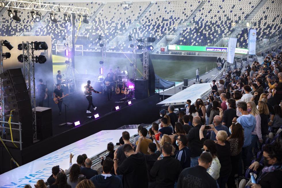 Centenares de personas vacunadas contra el coronavirus pudieron asistir el viernes a un concierto al aire libre organizado por el ayuntamiento de la ciudad de Tel Aviv (Israel), el primero desde el inicio de la pandemia. (Texto: AFP / Foto: AP).