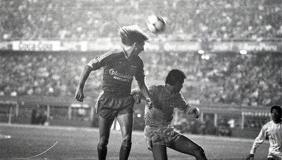 Gareca en acción ante los cremas en el viejo Estadio Nacional.(Foto: Prensmart)