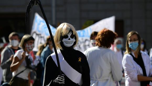 Una trabajadora de atención primaria vestida como la Parca participa en una protesta en el primer día de una huelga de cuatro días en Barcelona para exigir mejores condiciones laborales en medio de la pandemia de coronavirus. (Foto por LLUIS GENE / AFP).