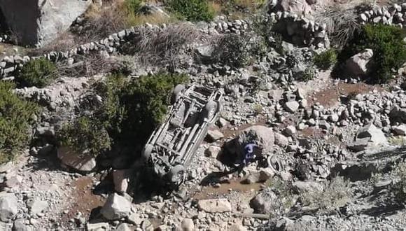 Producto del violento impacto, la camioneta acabó con las llantas arriba y encima de un montículo de piedras. (Radio Galaxia Moquegua)