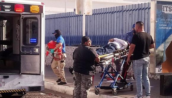 El candidato de Movimiento Ciudadano a la presidencia municipal de Cajeme Abel Murrieta Gutiérrez, es trasladado hoy a un hospital, luego de sufrir un atentado, en Ciudad Cajeme, estado de Sonora (México). (Foto: EFE/Stringer).