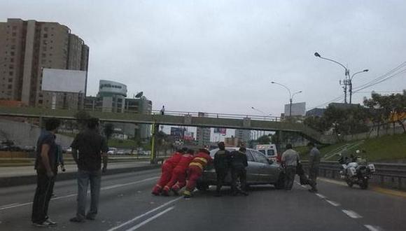 Vía Expresa: choque entre dos autos detuvo tránsito vehicular