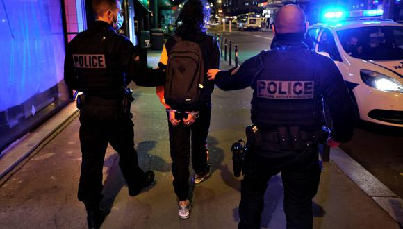 Policías franceses de la brigada contra el crimen arrestan a un sospechoso en una calle de París, el 16 de octubre de 2020. (Foto de THOMAS COEX / AFP).