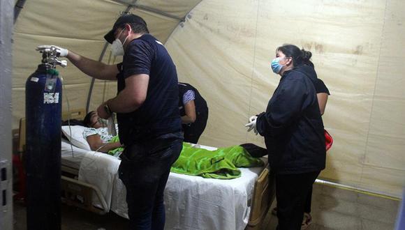 """Fotografía fechada el 13 de julio de 2020 que muestra la asistencia a un enfermo de coronavirus por el grupo de voluntarios conocido como """"Ángeles contra el COVID"""" en Santa Cruz (Bolivia). (EFE/Juan Carlos Torrejón)."""