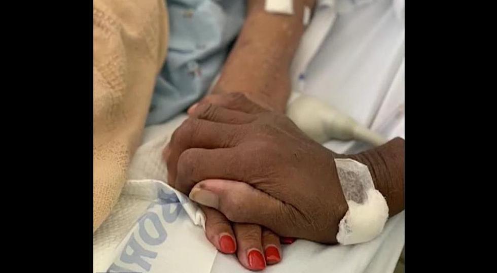 La pareja de ancianos fueron vistos tomados de la mano mientras estaban en el hospital en su última foto juntos. (Foto: Fox 5)