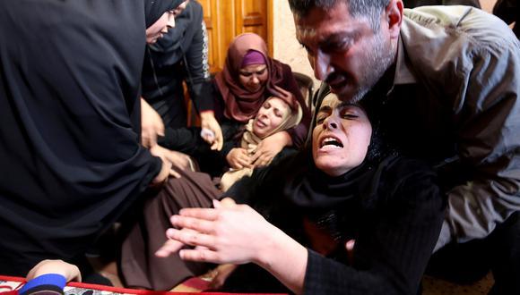 Familiares del adolescente palestino Fahed Al-Astal lloran su asesinato a manos de Israel. (REUTERS/Ibraheem Abu Mustafa).