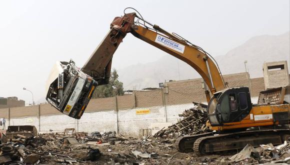 La Municipalidad de Lima dio de baja a 16 vehículos de transporte público. Estos fueron enviados a la plata de chatarreo (Foto: Municipalidad de Lima).