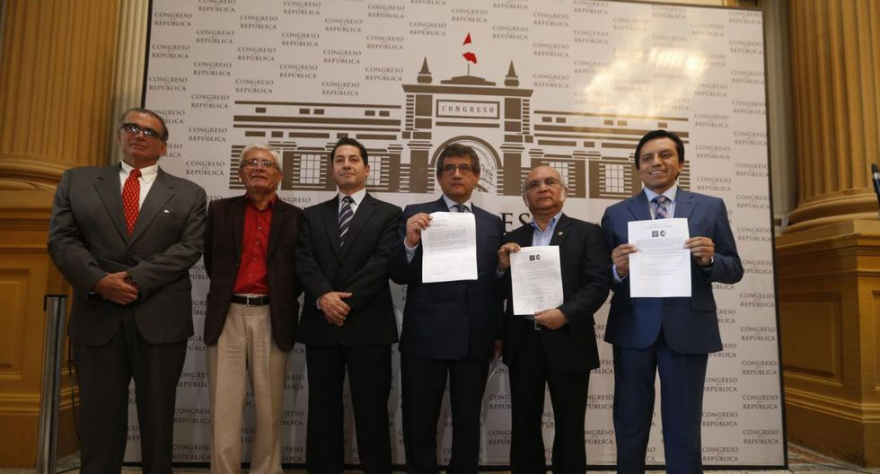 Cuando todo era felicidad. Hace solo dos meses, Rosas y Olaechea participaron en la conferencia de prensa en la que anunciaron la creación de la bancada de Concertación Parlamentaria. (Foto: GEC)