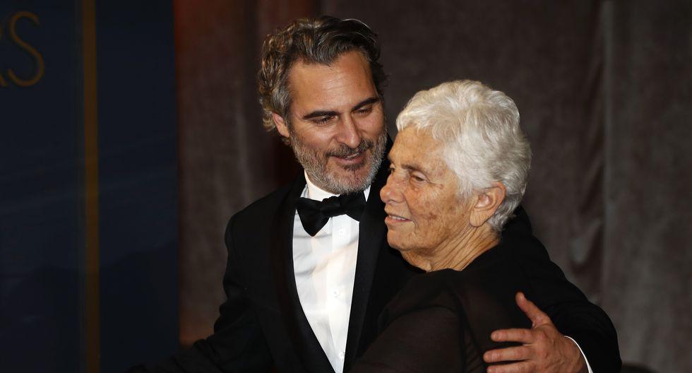 Joaquin Phoenix junto a su madre Arlyn Phoenix, en la ceremonia del Oscar 2020.