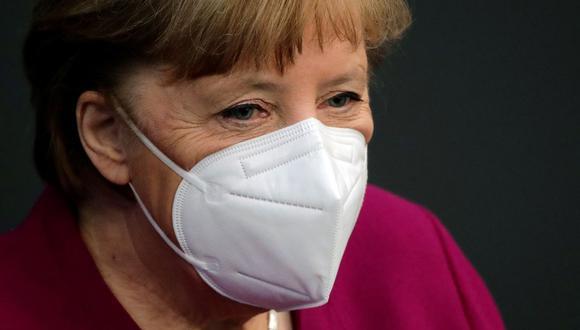 La canciller alemana, Angela Merkel, observa el parlamento del país, el Bundestag, en Berlín, Alemania, el 25 de marzo de 2021. (REUTERS/Hannibal Hanschke).