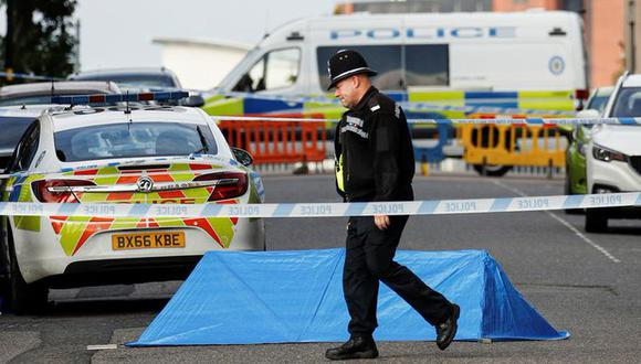 Un oficial de policía camina cerca de una pequeña carpa forense en la zona del apuñalamiento Birmingham, en el centro de Inglaterra. (Foto: Reuters).