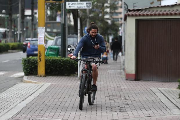 Manejar con el celular en la mano se considera una conducta temeraria y se multa con S/88 (Foto: Jesús Saucedo / @photo.gec)