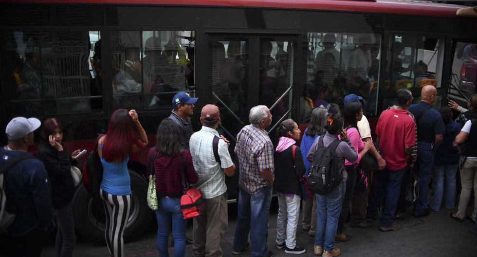 Por la falta de efectivo y fallas que persisten en la banca electrónica, muchos comercios en Caracas y otras regiones están cobrando en dólares. (Foto: AFP)