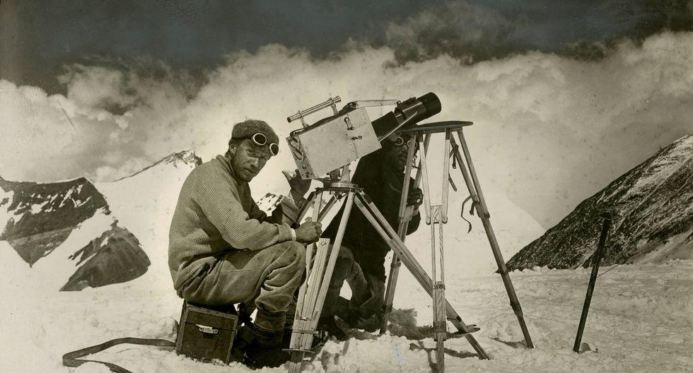 """John Noel fue un fotógrafo y cineasta que acompañó a la expedición de 1922 de la Real Sociedad Geográfica británica al monte Everest —el primer intento documentado de alcanzar la cima más alta de la Tierra—. Mediante el uso de un teleobjetivo, captó el progreso de George Finch y John Geoffrey Bruce en un corto """"Climbing Mount Everest"""", la primera película realizada a tal altura. (The New York Times)."""