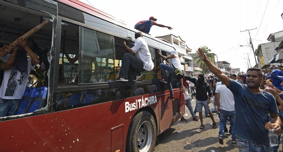 Venezuela: Queman autobuses en medio de protestas por cierre en frontera con Colombia en Ureña. (AFP).
