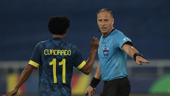 Cuadrado reclama a Pitana durante el Brasil vs. Colombia. (Foto: AFP)