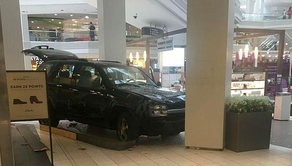 Un sujeto generó pánico en un centro comercial de Chicago al conducir su camioneta dentro del establecimiento. (Foto:@nbcchicago)