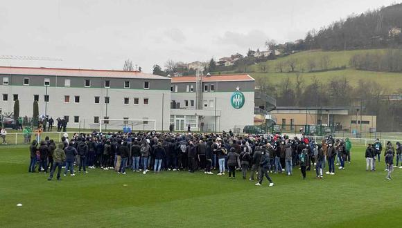Hinchas de Saint-Étienne ingresaron a la cancha de entrenamiento del primer equipo. (Foto: @leprogres_asse)