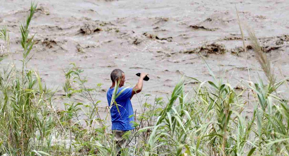 Un hombre observa el río Táchira, crecido por las lluvias, este martes, en Cúcuta (Colombia). (Foto: EFE)