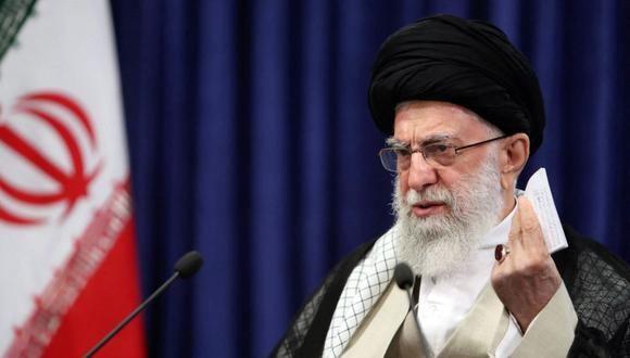 Imagen muestra al líder supremo de Irán, el ayatola Alí Jamenei, el 4 de junio de 2021 dirigiéndose a la nación durante un discurso televisado. (KHAMENEI.IR / AFP).