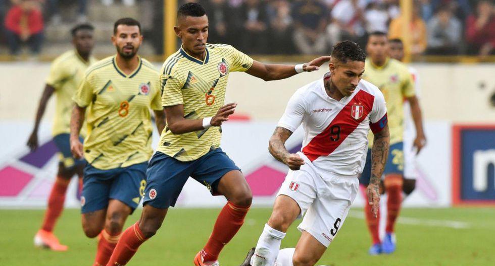 Paolo Guerrero conduciendo la pelota mientras es perseguido por un rival. (Foto: El Comercio)