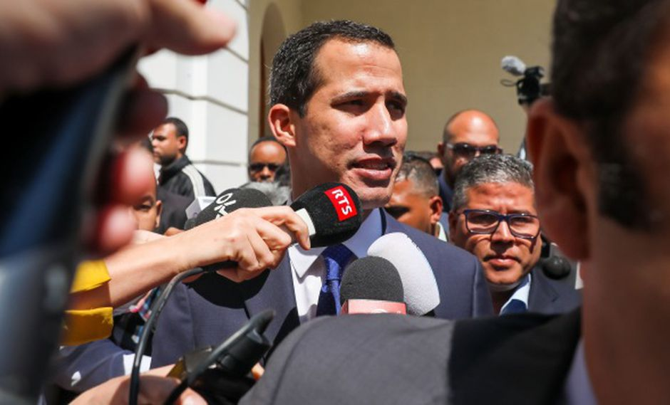 El jefe del Parlamento venezolano, Juan Guaidó, ofrece declaraciones a periodistas luego de una sesión del organismo este martes. (Foto: EFE)