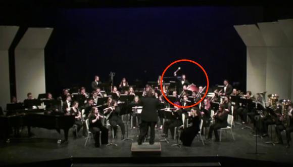 La joven sufrió un golpe de una baqueta voladora durante la interpretación de una conocida pieza musical. (Foto: thechive en Facebook)